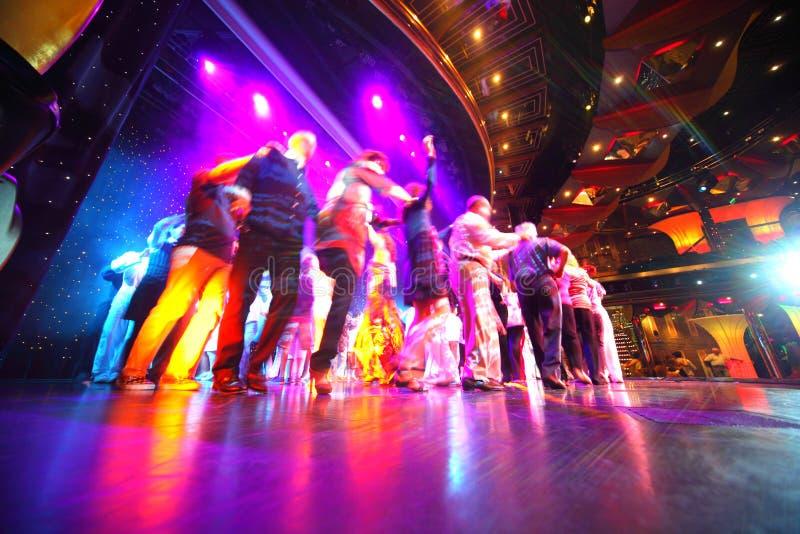 Danse de foule de gens à une étape lumineuse photos libres de droits