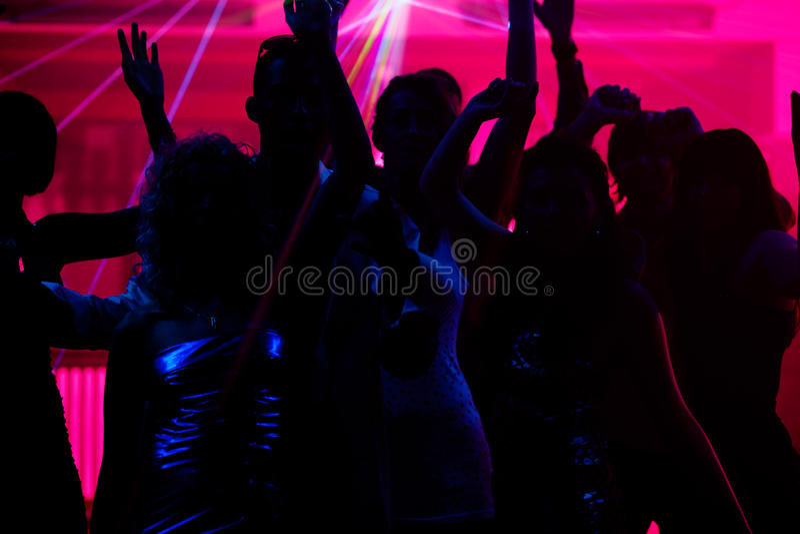 Danse de gens dans le club avec le laser photos libres de droits
