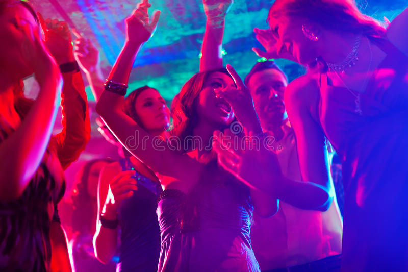 Danse de gens de réception dans la disco ou le club image stock