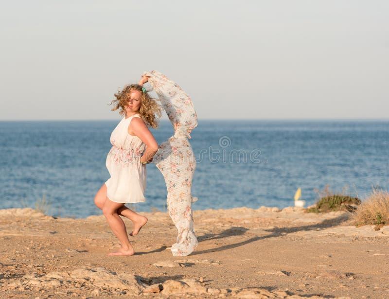 Danse de jeune femme avec la longue écharpe images libres de droits