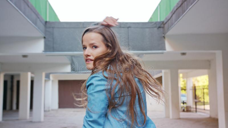 Danse de jeune femme dans la cour images libres de droits