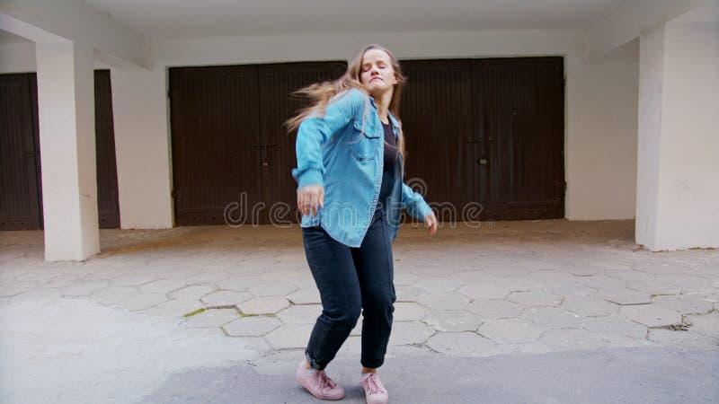 Danse de jeune femme dans la cour photos stock