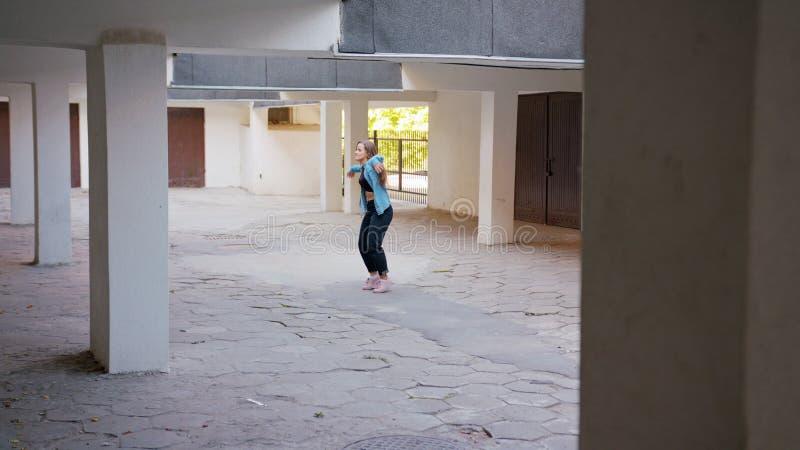Danse de jeune femme dans la cour photo libre de droits