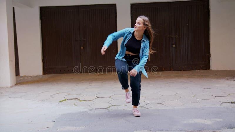 Danse de jeune femme dans la cour image libre de droits