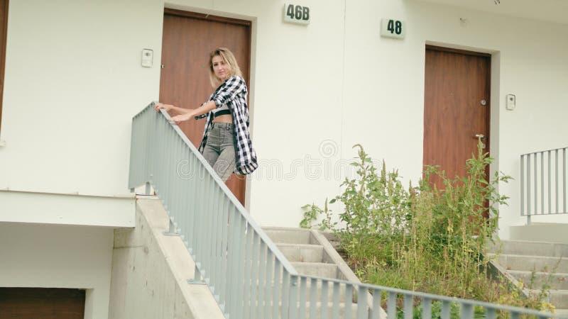 Danse de jeune femme sur les escaliers image stock