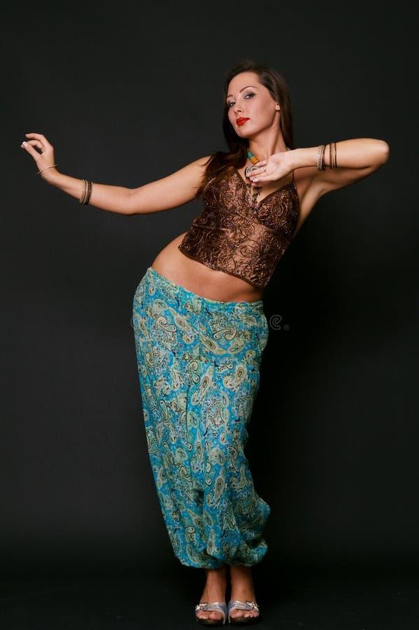 Danse de jeune fille dans des vêtements indiens image stock