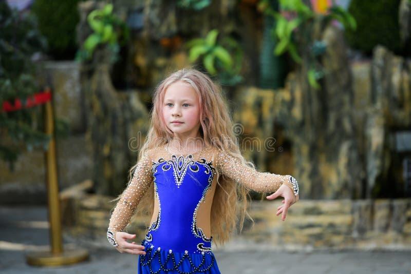 Danse de jeune fille dans le bleu photographie stock libre de droits