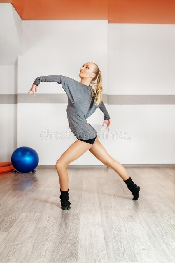 Danse de jeune fille dans le gymnase Établissement de la danse Le concept de photos stock