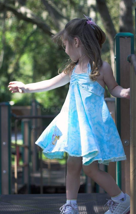 Danse de jeune fille dans une cour de jeu photo stock