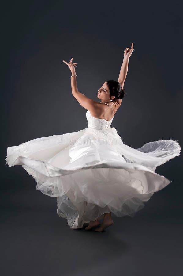 Danse de jeune mariée image libre de droits