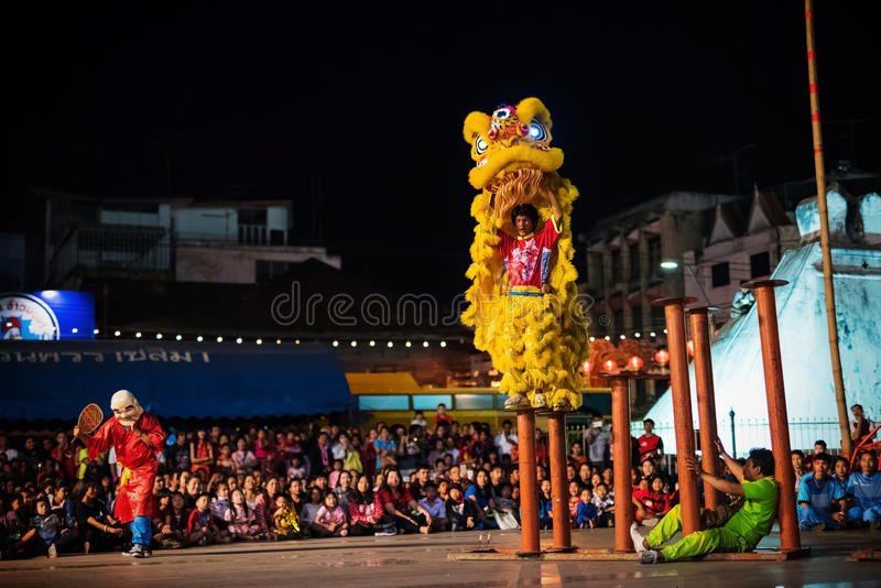 danse de lion sur la colonne pendant la nouvelle année chinoise image stock