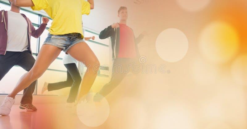 Danse de personnes et transition jaune de bokeh image stock