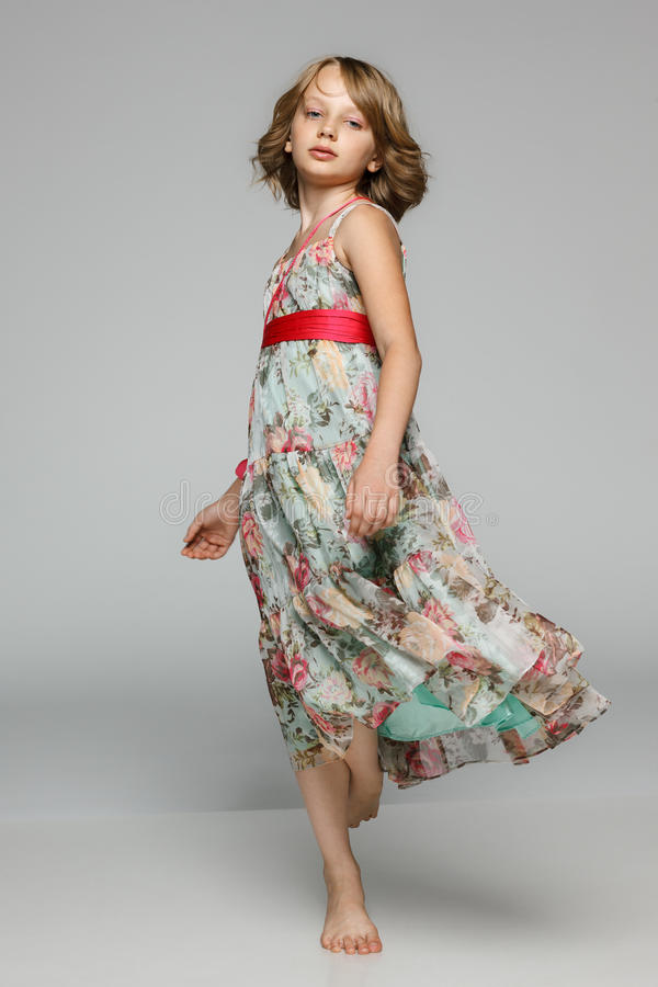 Danse de petite fille dans le studio image stock