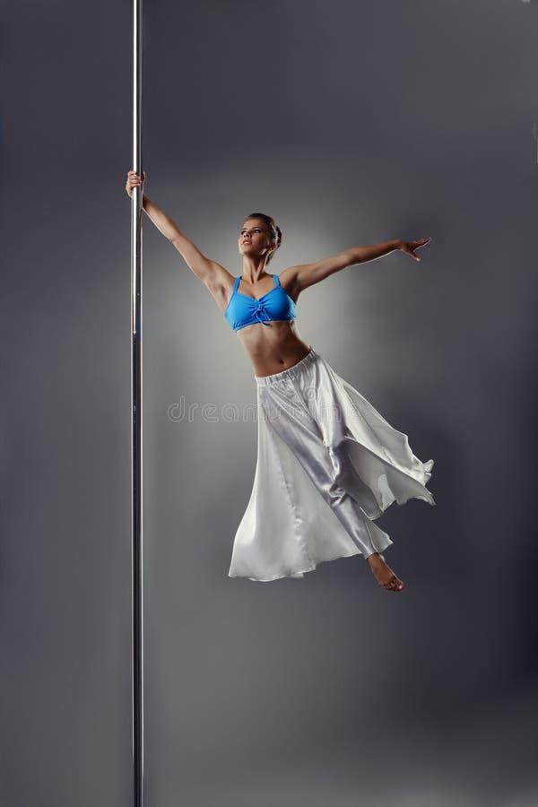 Danse de Polonais Belle fille tournant autour le pylône photographie stock