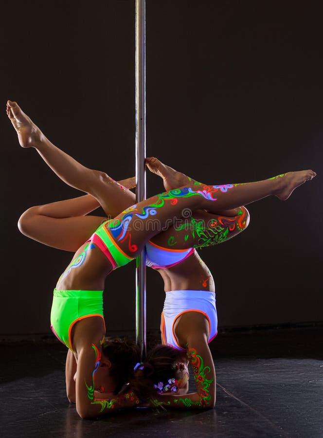 Danse de Polonais Deux filles flexibles faisant l'appui renversé images stock