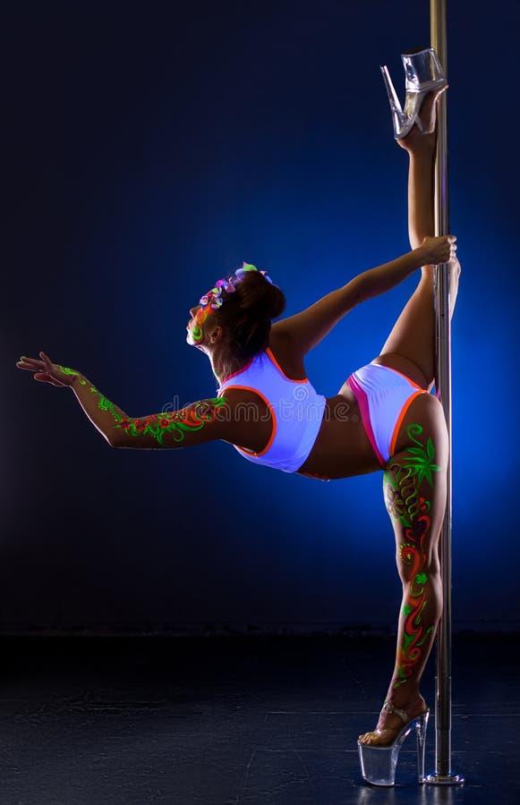 Danse de Polonais Fille flexible avec la pose UV de bodyart images stock