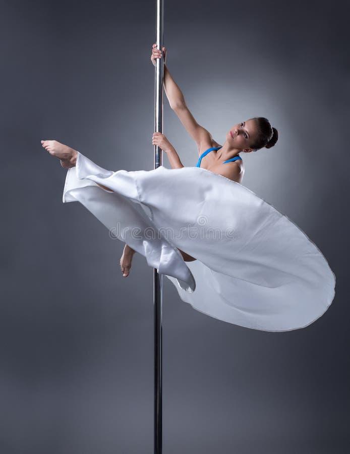 Danse de Polonais Joli danseur posant dans la pose élégante photos libres de droits