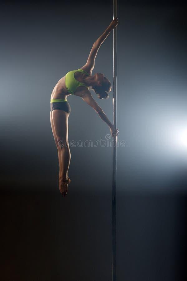 Danse de Polonais Le danseur gracieux exécute le pas acrobatique image stock