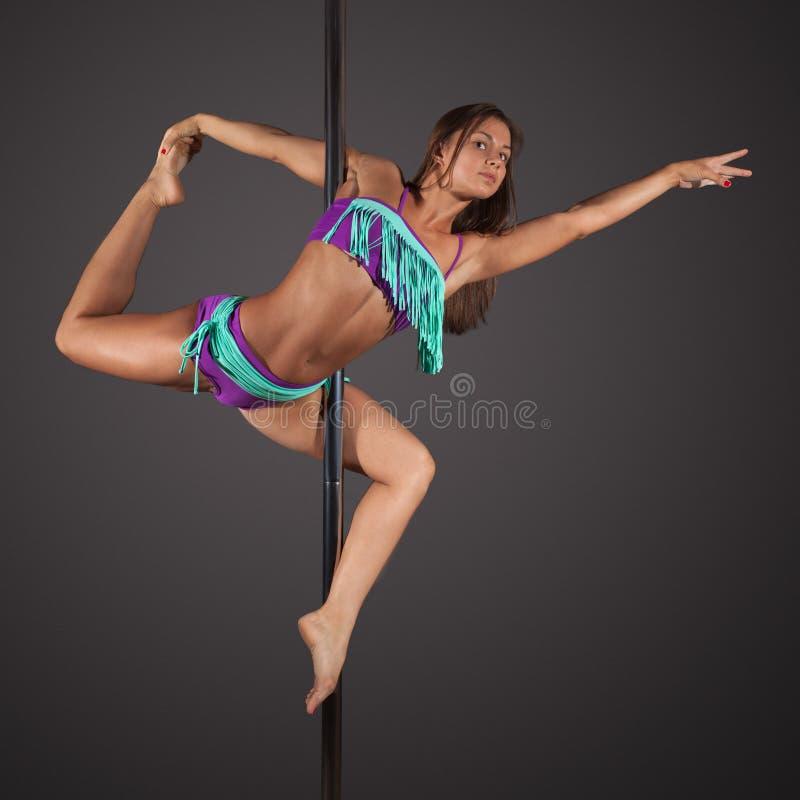 danse de poteau d'exercice de femme sur le fond gris image libre de droits
