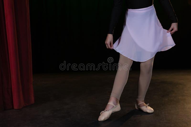 Danse de pratique de ballet de ballerine dans l'étape photo stock