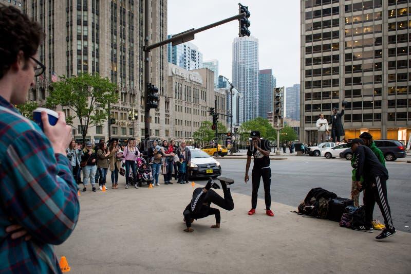 Danse de rue Chicago Danseurs au milieu de Chicago image stock