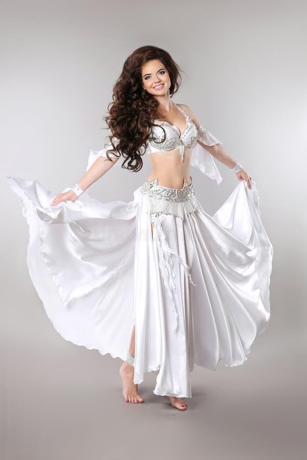 Danse de ventre Bellydancer OE magnifique d'Arabe de belle brune image stock