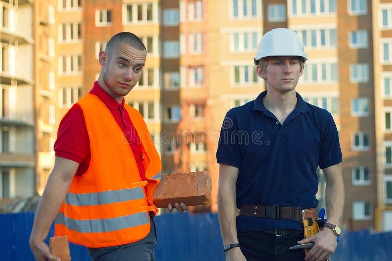 Danse drôle de travailleurs d'architectes au site de contruction photographie stock libre de droits