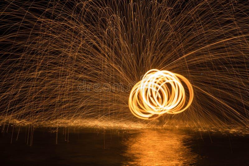 Danse du feu dans l'eau photos libres de droits