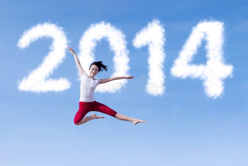 Danse enthousiaste de femme avec la nouvelle année 2014 photographie stock libre de droits