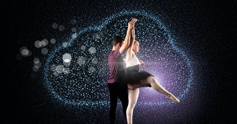 Danse fascinante de couples avec rougeoyer numérique de nuage image libre de droits