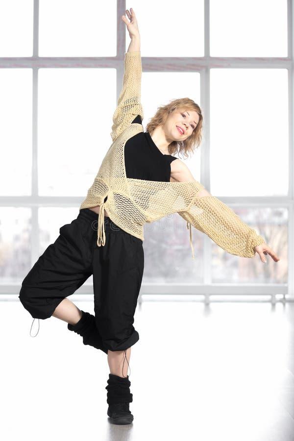 Danse femelle de sourire d'athlète dans la classe images libres de droits