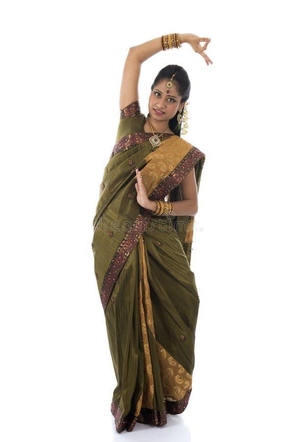 Danse femelle indienne de danseur à l'arrière-plan blanc photo stock