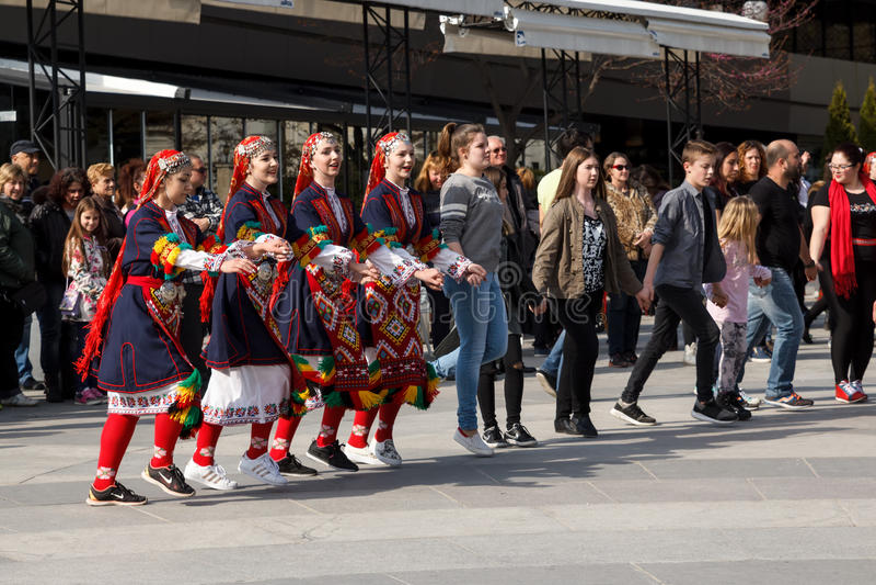 Danse folklorique bulgare photo stock