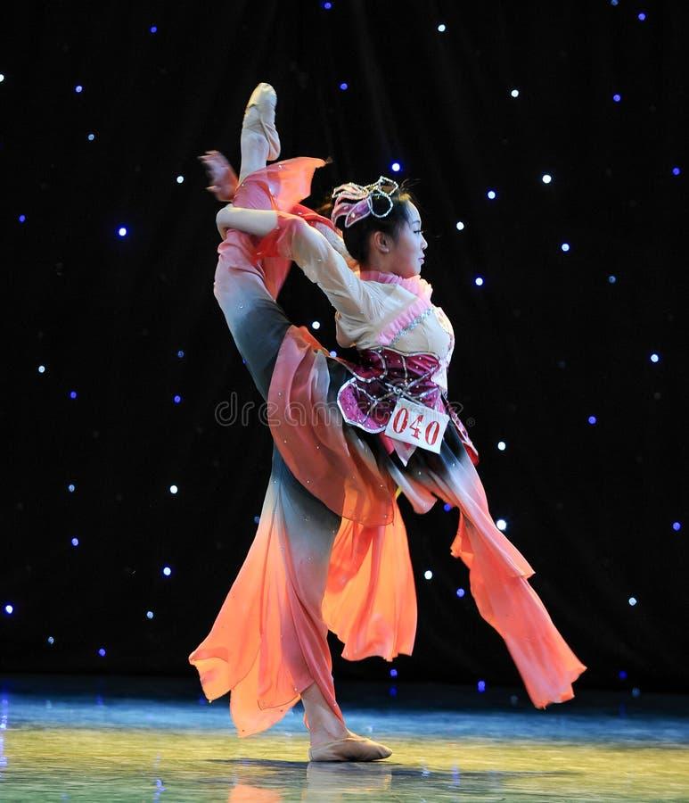 Danse folklorique chinoise retournée photographie stock libre de droits