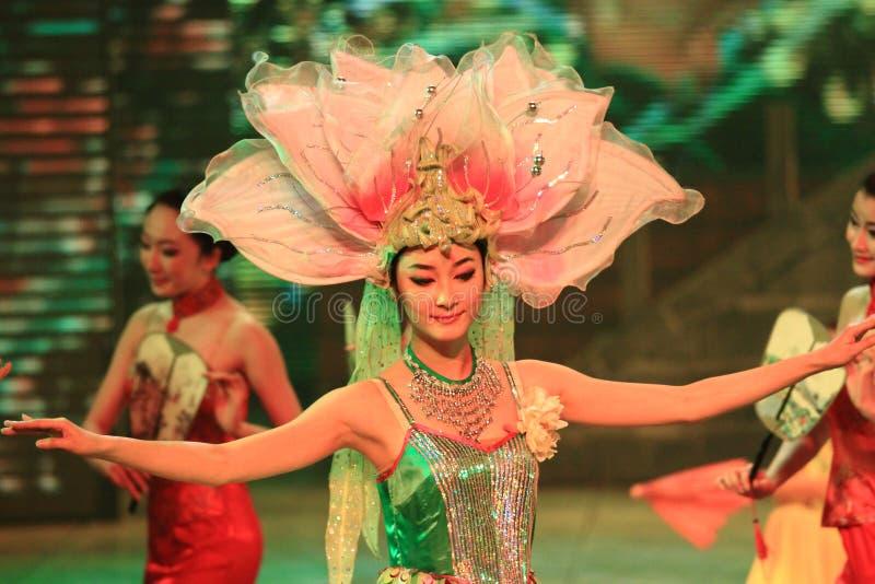 Danse folklorique de dames chinoises images stock