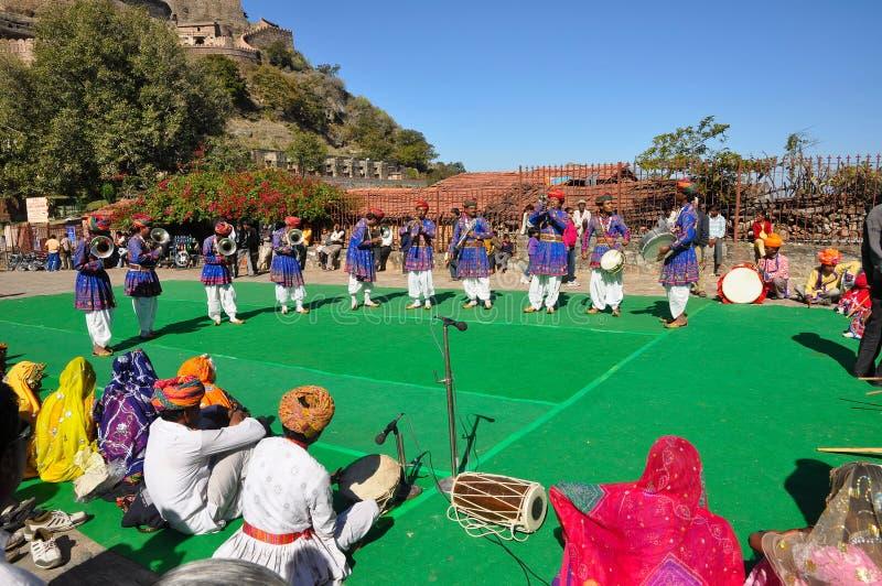 Danse folklorique et musique d'Inde photos stock