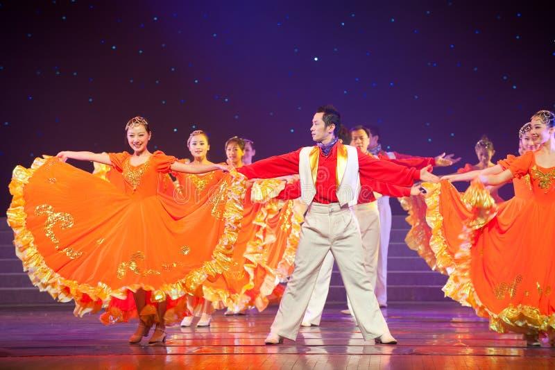 Danse folklorique : Femelle et associé oranges photo stock