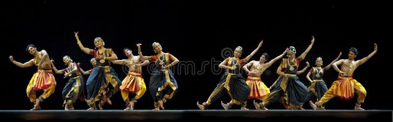 Danse folklorique indienne exécutée par l'institut de danse de Kalakshetra de dedans photos stock