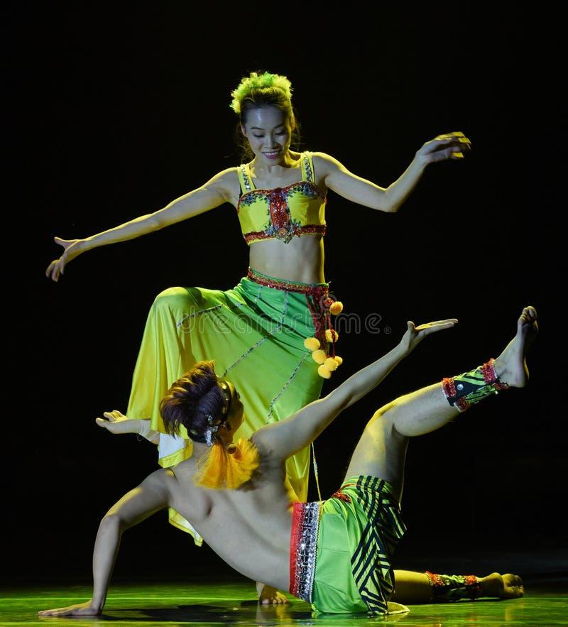 Danse folklorique nationale enveloppée pararbre de rotin-Le de paon photos stock