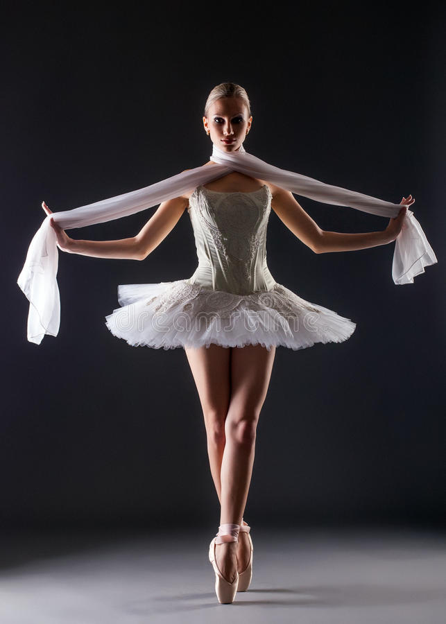 Danse gracieuse de ballerine regardant l'appareil-photo photo stock