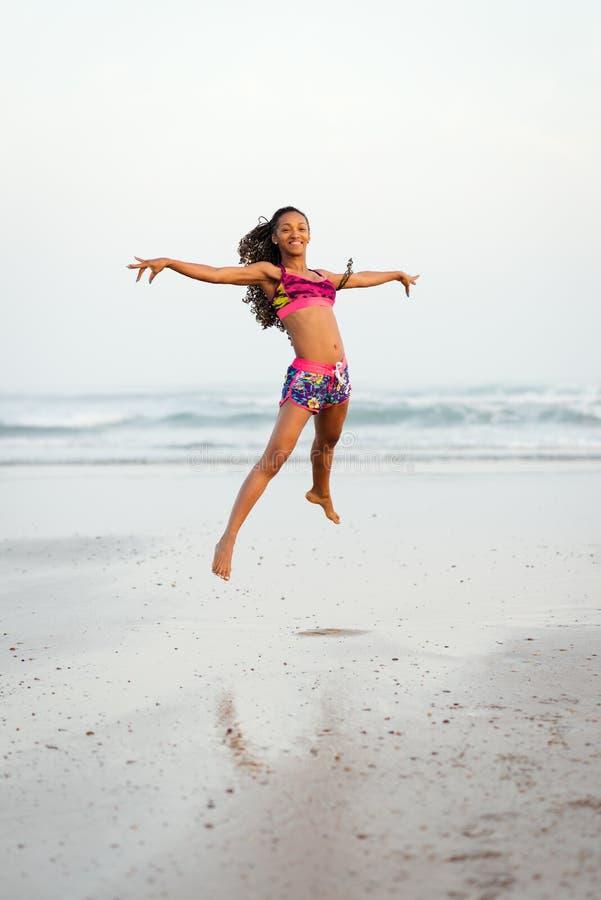 Danse gracieuse de femme et sauter à la plage images libres de droits