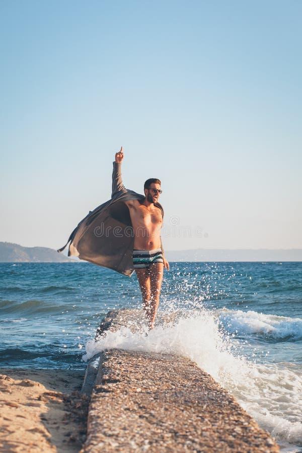 Danse heureuse de jeune homme sur le dock photos stock