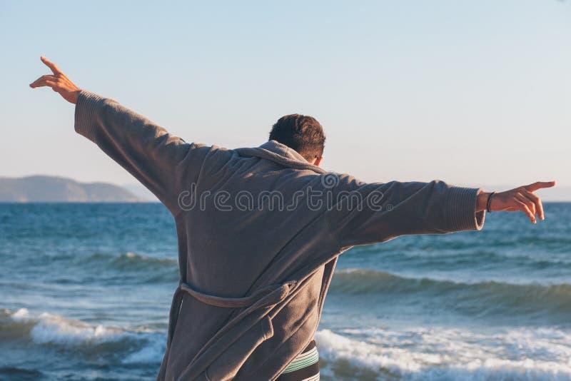Danse heureuse de jeune homme sur le dock photos libres de droits