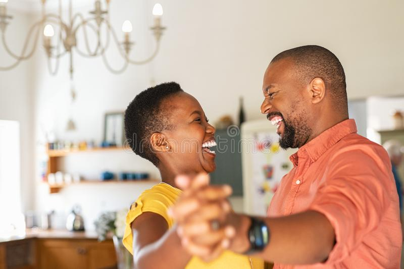Danse heureuse m?re de couples ? la maison images libres de droits