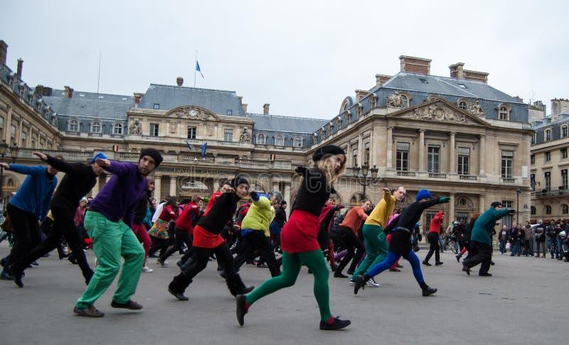 Danse instantanée de foule à Paris image stock