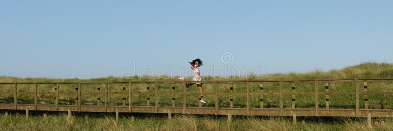 Danse joyeuse de femme de couleur extérieure photo libre de droits
