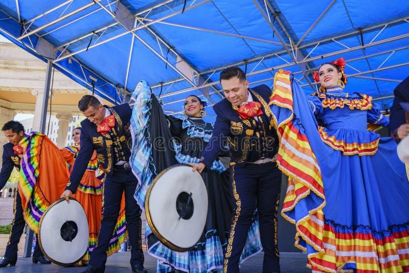 Danse mexicaine chez Cinco de Mayo Festival célèbre photos stock
