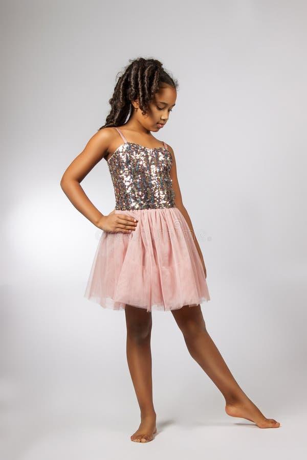 Danse mignonne de petite fille photographie stock