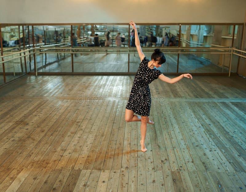 Danse mince de fille dans la salle de bal image libre de droits