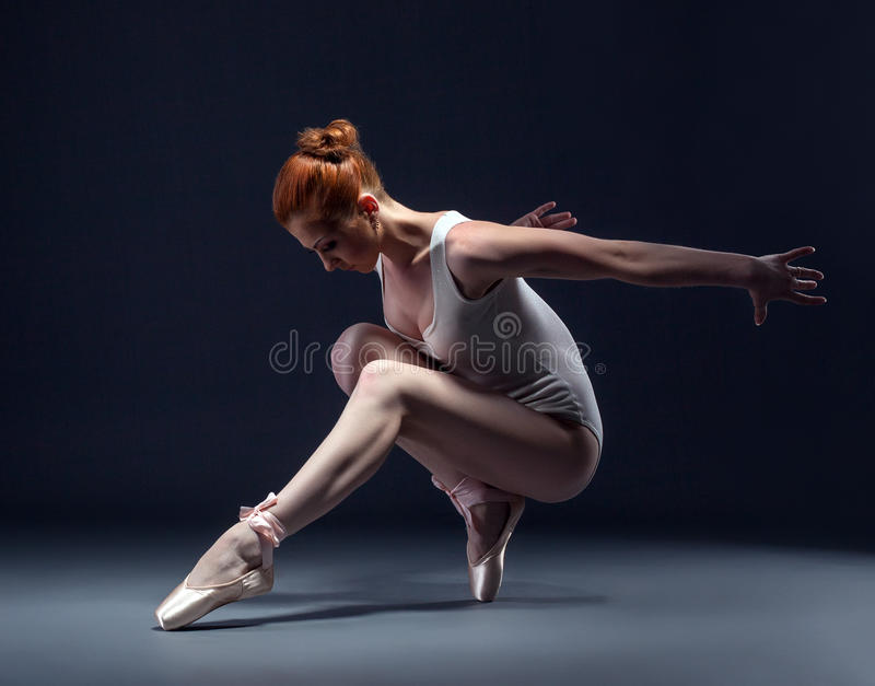 Danse mince gracieuse de ballerine dans le studio photo stock
